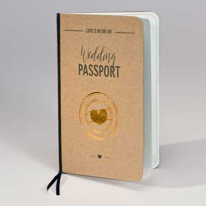 Wedding Passport in naturbraun mit goldenem Herz